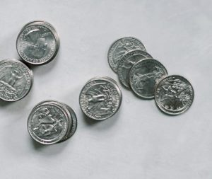 razbacane kovanice po pozadini